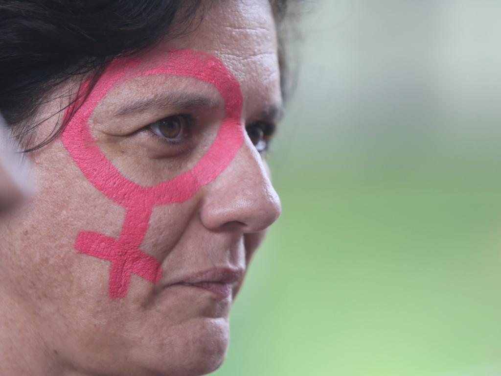8.mar.2016 - Em São Paulo (SP), mulher aparece com rosto pintado em dia de protesto do Grupo Rede de Professores e Pesquisadoras da USP (Universidade de São Paulo). Ação, que ocorre no Dia Internacional da Mulher, é contra a violência sexual e de gênero