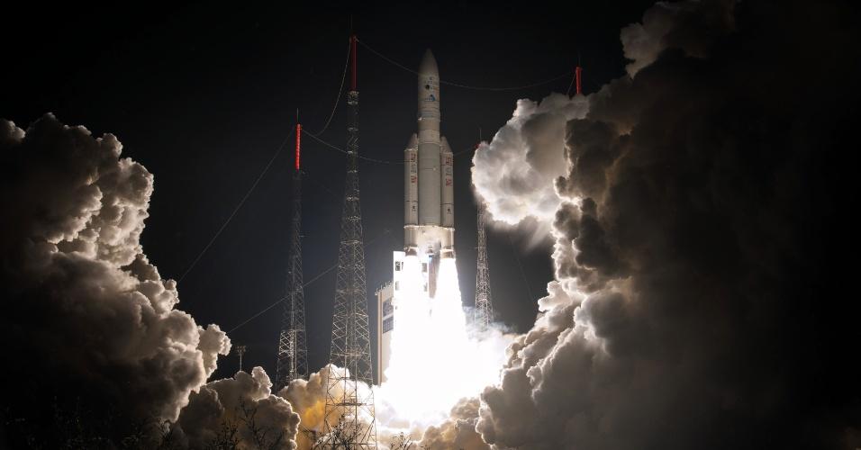 SATÉLITE OLÍMPICO - Em imagem divulgada pela Agência Espacial Europeia, o foguete espacial europeu Ariane decola de estação em Kourou, na Guiana Francesa. O foguete carrega o Eutelsat 65 West A, um novo satélite que será responsável por expandir as comunicações na cobertura dos Jogos Olímpicos do Rio de Janeiro, que serão realizados em agosto deste ano
