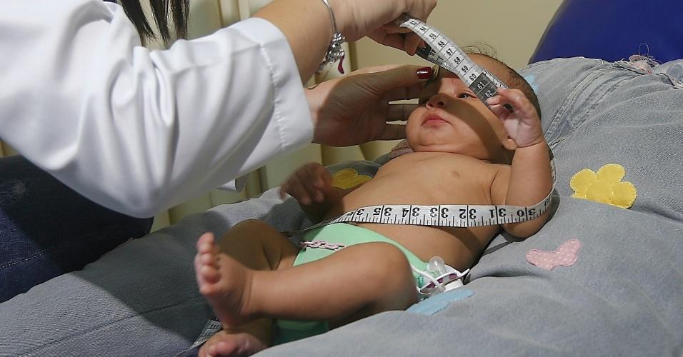 1º.abr.2016 - Crianças com suspeita de microcefalia são examinadas nesta sexta-feira, na sede da AACD (Associação de Assistência à Criança Deficiente) do Recife, para receber um diagnóstico conclusivo sobre a presença, ou não, da má-formação. Das primeiras 109 crianças atendidas, 35 tiveram o diagnóstico de microcefalia descartado