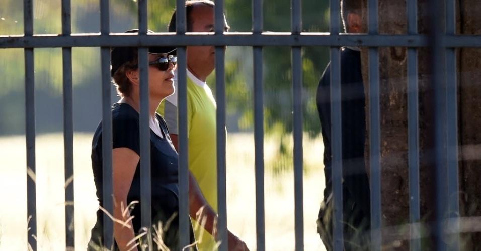 11.abr.2016 - A presidente Dilma Rousseff anda com sua equipe de segurança na área do Palácio da Alvorada, em Brasília (DF), na véspera da votação do parecer pela admissibilidade do processo de impeachment