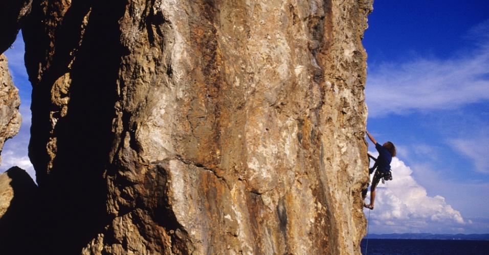 11.abr.2016 - Pra o alto e avante! Rocha de escalada na costa de Hvar, Croácia. A ilha é conhecida por suas praias, restaurantes e vida noturna... mas os penhascos permitem que o turista faça outra coisa além de relaxar