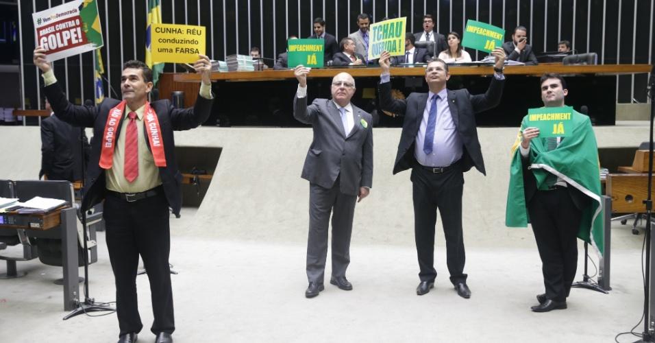 16.abr.2016 - Deputados a favor e contra o impeachment da presidente Dilma Rousseff (PT)  protestam com cartazes na Câmara