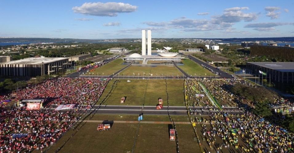 17.abr.2016 - Manifestantes pró e contra o impeachment da presidente Dilma Rousseff protestam na Esplanada dos Ministérios, em Brasília, separados por um muro montado pela Secretaria de Segurança Pública do Distrito Federal