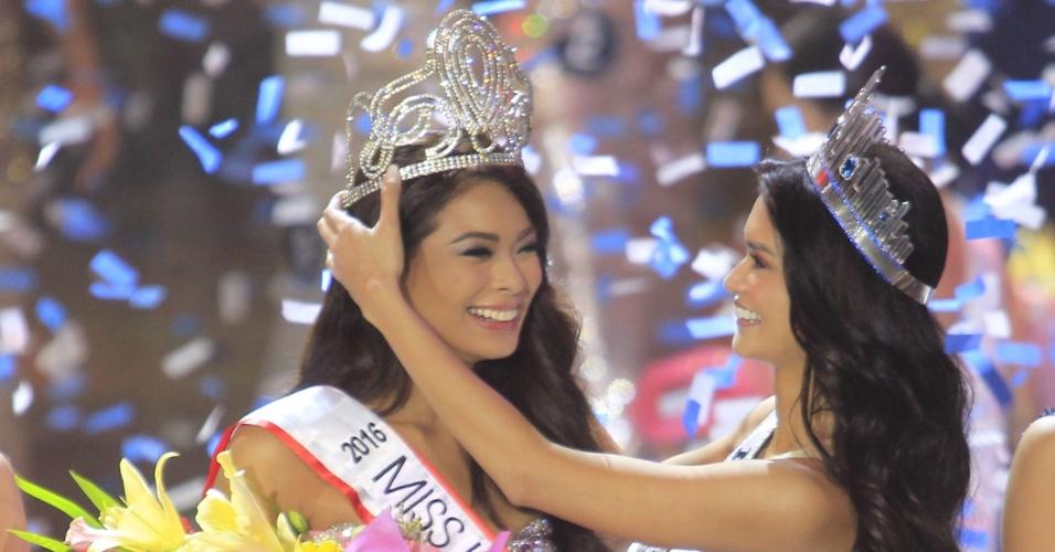 18.abr.2016 - Maxine Medina é coroada Miss Filipinas 2016. A beldade foi coroada por Pia Alonzo Wurtzbach, a Miss Filipinas 2015 e que foi coroada Miss Universo. O concurso aconteceu em Quezon City