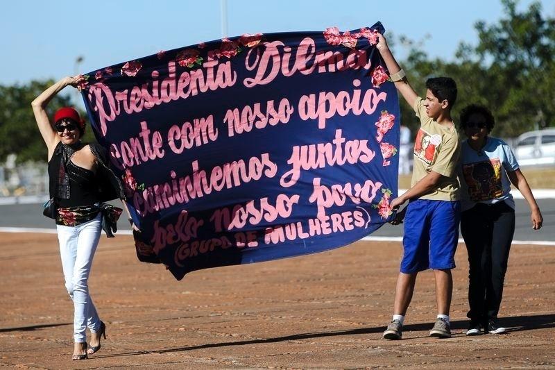 21.abr.2016 - Manifestantes realizam ato em apoio a presidente Dilma Rousseff na Esplanada dos Ministérios, em Brasília (DF)