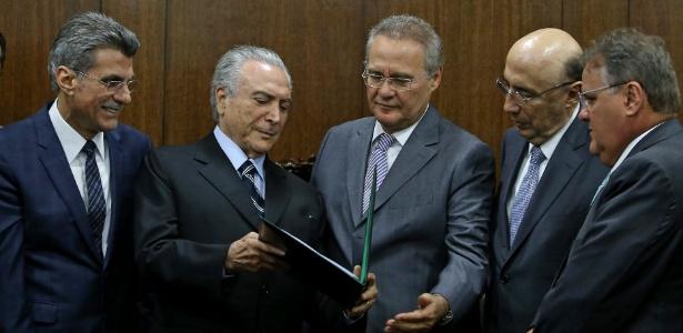 O presidente interino, Michel Temer (2º à esq.), entrega ao presidente do Senado, Renan Calheiros (PMDB- AL) (centro) a proposta de nova meta fiscal para o ano de 2016