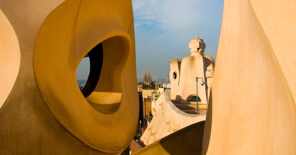 17.jun.2016 - Chaminés de Antoni Gaudi na Casa Milà, em Barcelona, Espanha. O centro cultural e patrimônio da humanidade da Unesco é conhecido por lembrar uma pedreira