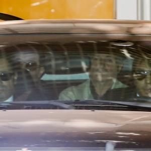 O ex-ministro Paulo Bernardo deixa o apartamento da mulher, a senadora Gleisi Hoffman (PT-PR) em um carro da Polícia Federal