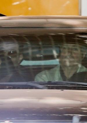 O ex-ministro Paulo Bernardo deixa o apartamento da mulher, a senadora Gleisi Hoffman, em um carro da Polícia Federal