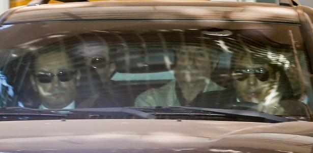 Paulo Bernardo (sem óculos) deixa apartamento em Brasília com destino a SP