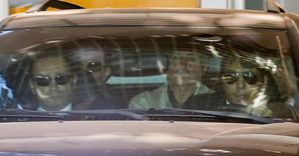23.jun.2016 - O ex-ministro Paulo Bernardo é visto dentro de viatura da PF deixando o apartamento funcional da mulher, a senadora Gleisi Hoffmann (PT-PR), em Brasília, após ser preso na Oeração Custo Brasil da Polícia federal. A operação é um desdobramento da Lava Jato