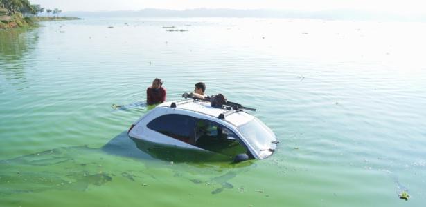 Carro ficou submerso após cair na represa Billings, na zona sul de São Paulo
