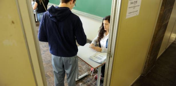 Candidato chega para o primeiro dia de provas do Enem - Lucas Pontes/UOL