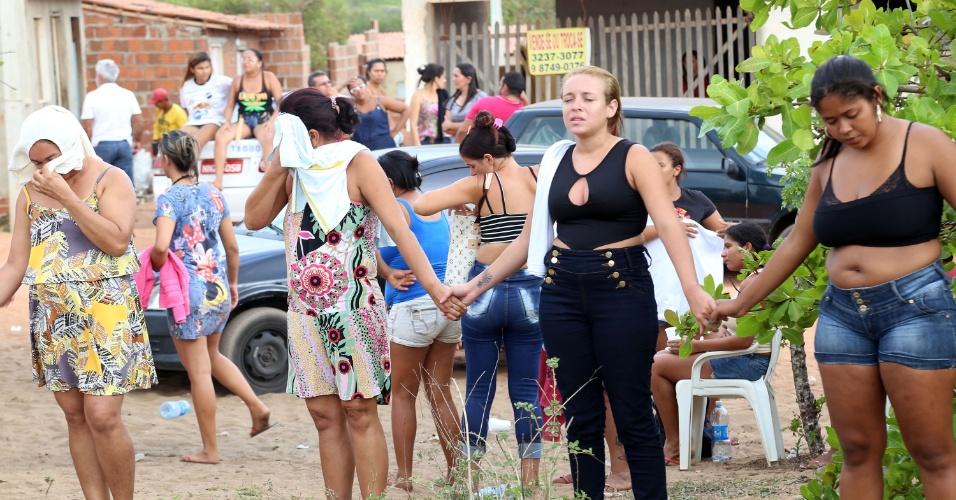 15.jan.2017 - Policiais militares entram na Penitenciária Estadual de Alcaçuz, na Grande Natal (RN), na manhã deste domingo (15),com veículo blindado, vans e carros para tentar acabar com rebelião que já dura mais de 13 horas. Há ao menos dez mortes confirmadas durante a rebelião