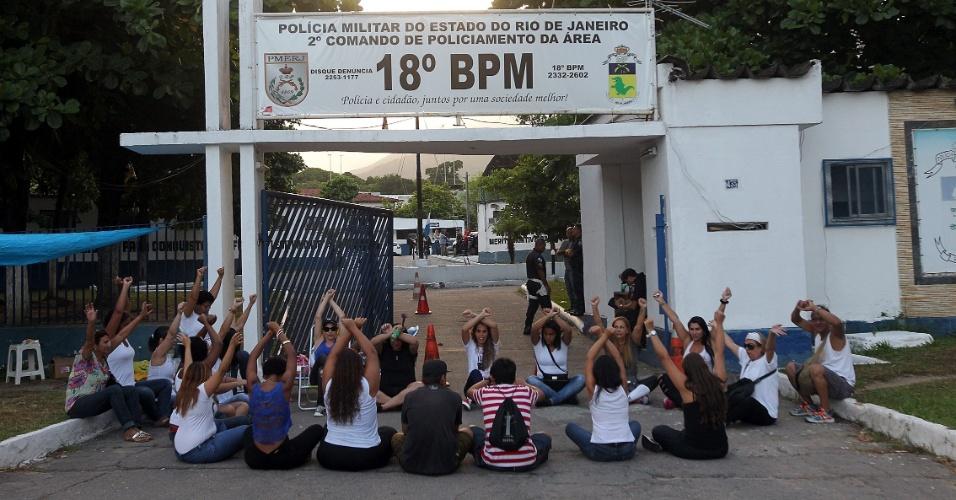 10.fev.2017 - Mulheres de policiais militares do 18º Batalhão em Jacarepaguá, na zona oeste do Rio, também aderiram ao protestam em prol de melhorias na PM. Apesar dos protestos, a Polícia Militar informa pelas redes sociais que o policiamento está normal em todo o Estado