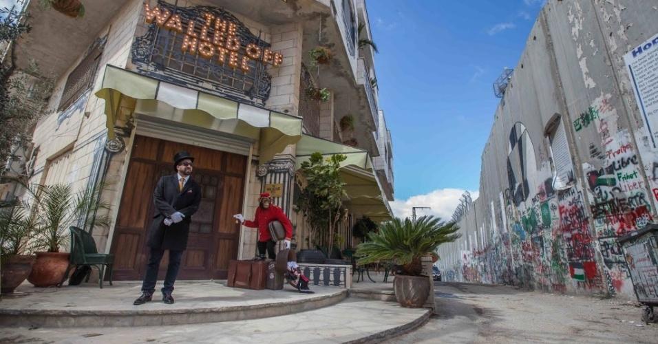 """4.mar.2017 - Muitas das cidades da Cisjordânia estão fora do alcance de israelenses, mas o chamado """"Walled Off Hotel"""" está localizado na área que permanece sob o controle de Israel"""