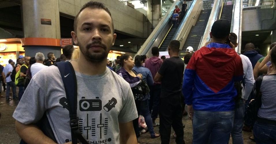 15.mar.2017 - Erik Costa Santos, 24, seguiria de Itaquera à Barra Funda, na zona oeste, e se surpreendeu com os trens parados logo cedo