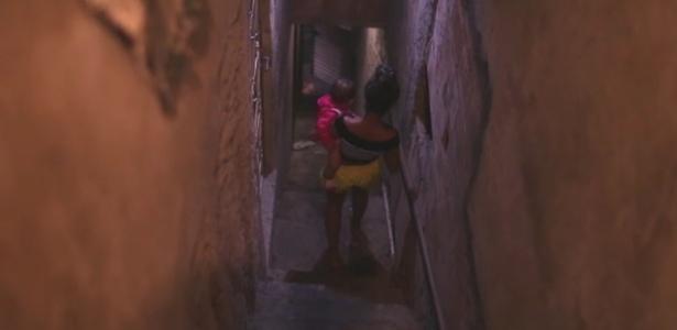 Menina de 15 anos com o filho de 10 meses na favela da Maré, no Rio