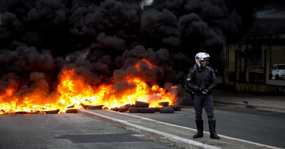 28.abr.2017 - Manifestantes queimam pneus e interrompem o trânsito na Avenida Ragueb Choffi, na zona leste de São Paulo. O ato faz parte do movimento nacional de greve geral contra as reformas trabalhista e da Previdência