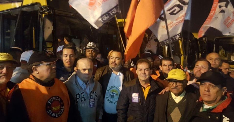 28.abr.2017 - O presidente da Força Sindical, Paulinho da Força, e sindicalistas na garagem de ônibus VIP Águia de Haia, em São Paulo