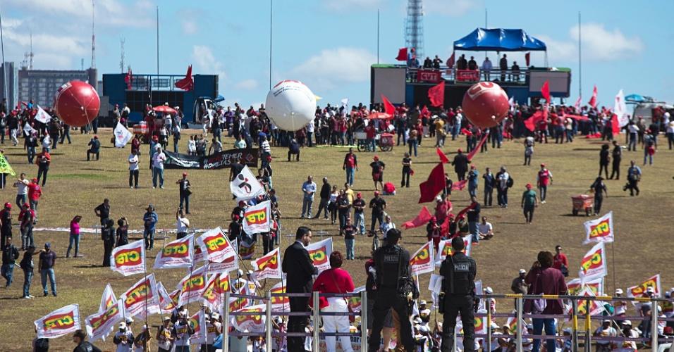 11.jul.2017 - Enquanto senadores vivem impasse no plenário, manifestantes contrários à reforma trabalhista protestavam em Brasília