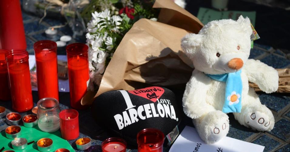 18.ago.2017 - Flores, velas e mensagens são deixadas na Rambla em homenagem a vítimas de atentado, em Barcelona