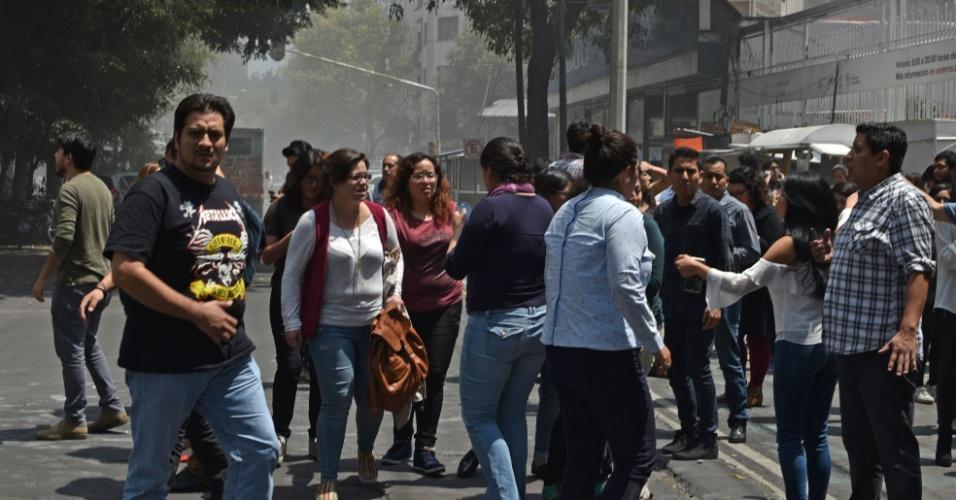 Pessoas se juntam em rua da Cidade do México após o terremoto de magnitude 7.1 atingir a cidade