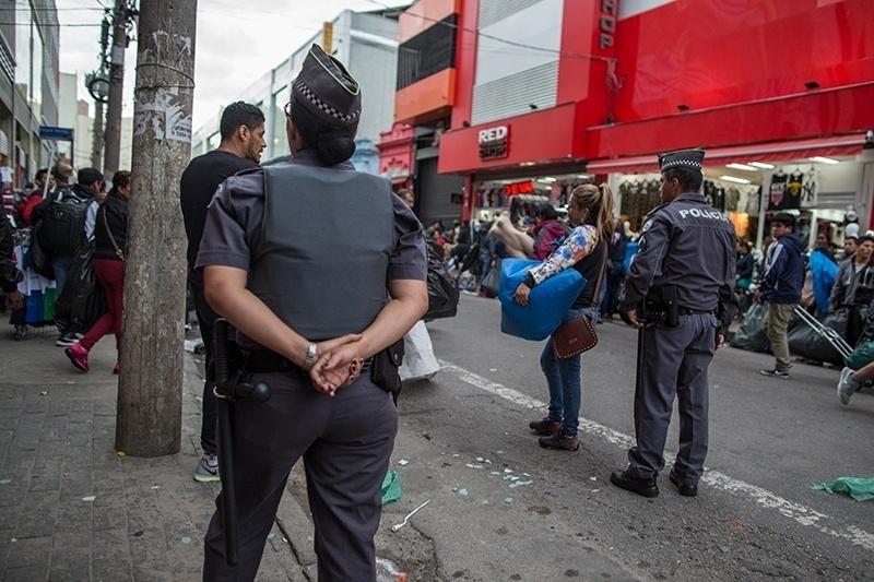 28.nov.2017 - A Polícia Militar passa para fiscalizar depois que o dia amanhece. Em alguns casos, os oficiais mandam os vendedores retirar os produtos da rua. Em outros, apreendem as roupas com o uso de força