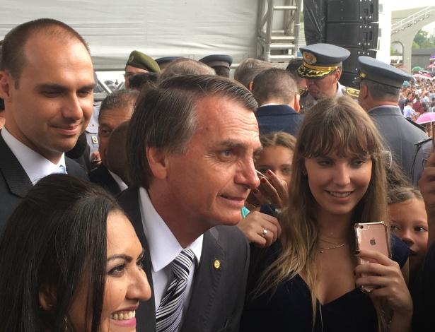 """Ao centro, o pré-candidato à Presidência e deputado federal Jair Bolsonaro (PSC-RJ) tira fotos com """"fãs"""" durante formatura de sargentos da Polícia Militar eme São Paulo. Ele foi acompanhado pelo filho Eduardo Bolsonaro, também deputado (no canto esquerdo) - Gabriela Fujita/UOL"""