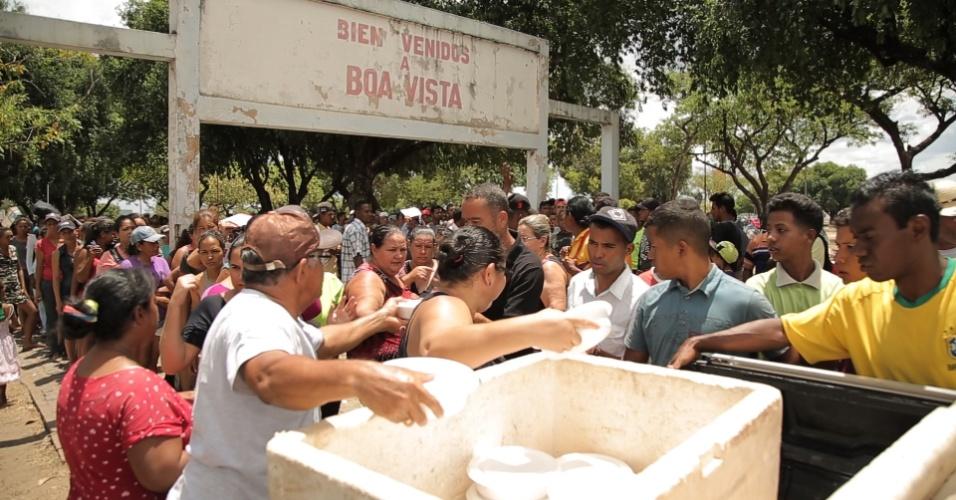 Família distribui marmitas para venezuelanos que vivem na Praça Simón Bolívar, em Boa Vista (Roraima)