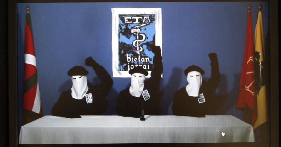 """20.out.2011 - ETA anuncia """"o cessar definitivo de sua atividade armada"""" e pede o diálogo com Paris e Madri"""