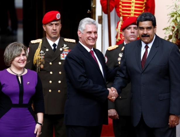 Em foto de maio de 2018, Maduro e Diaz-Canel se cumprimentam durante encontro - Marco Bello/Reuters