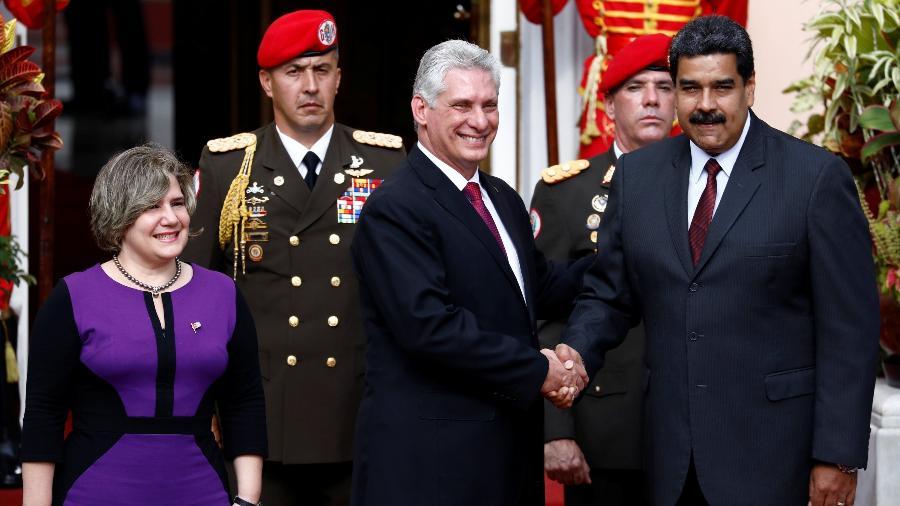 30.mai.18 - O presidente venezuelano, Nicolás Maduro (dir.), cumprimenta o colega cubano, Miguel Diaz-Canel, ao lado de sua esposa, Lis Cuesta - Marco Bello/Reuters