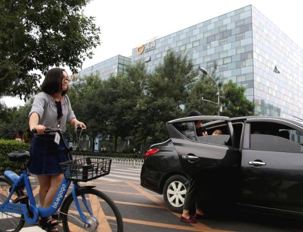 Passageiro entra em carro da Didi Chuxing em frente à sede da empresa em Pequim - Jason Lee/Reuters