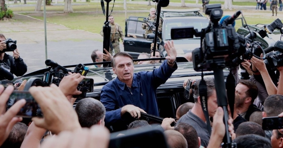Candidato Jair Bolsonaro acena à imprensa