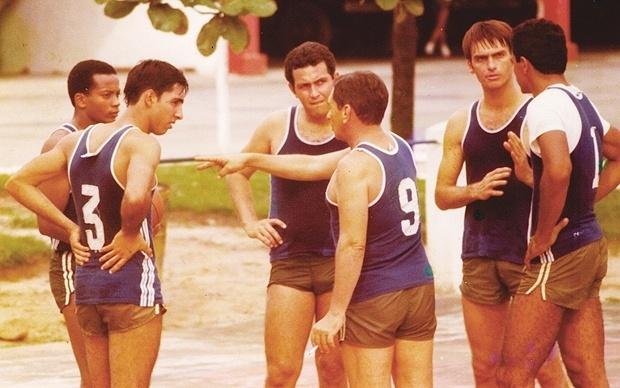Em foto de arquivo, Bolsonaro joga basquete com amigos da brigada paraquedista do Exército
