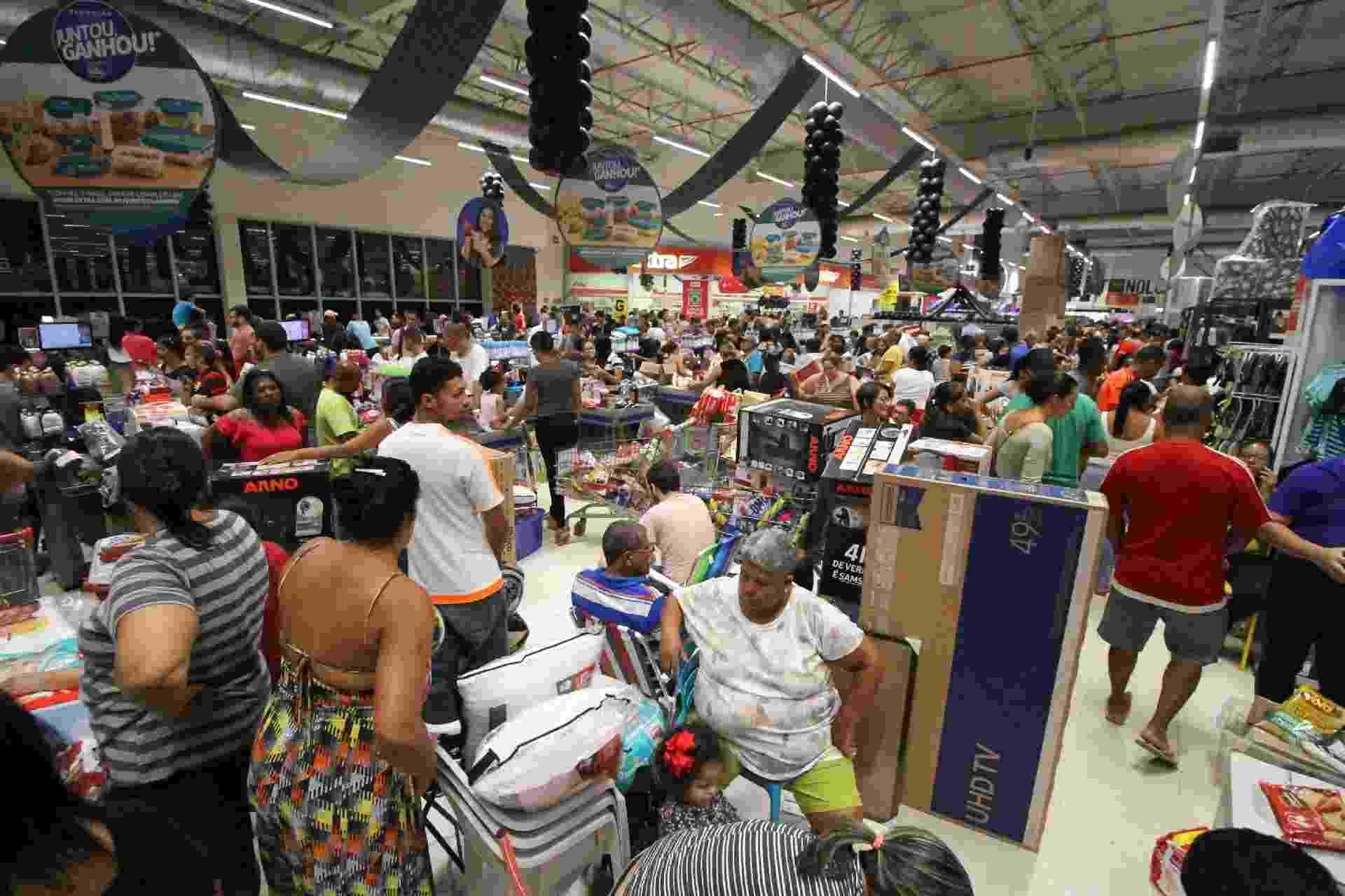 Movimentação de consumidores durante a Black Friday no Hipermercado Extra, no Centro do Recife (PE), na madrugada desta sexta-feira - Marlon Costa/Futura Press/Estadão Conteúdo