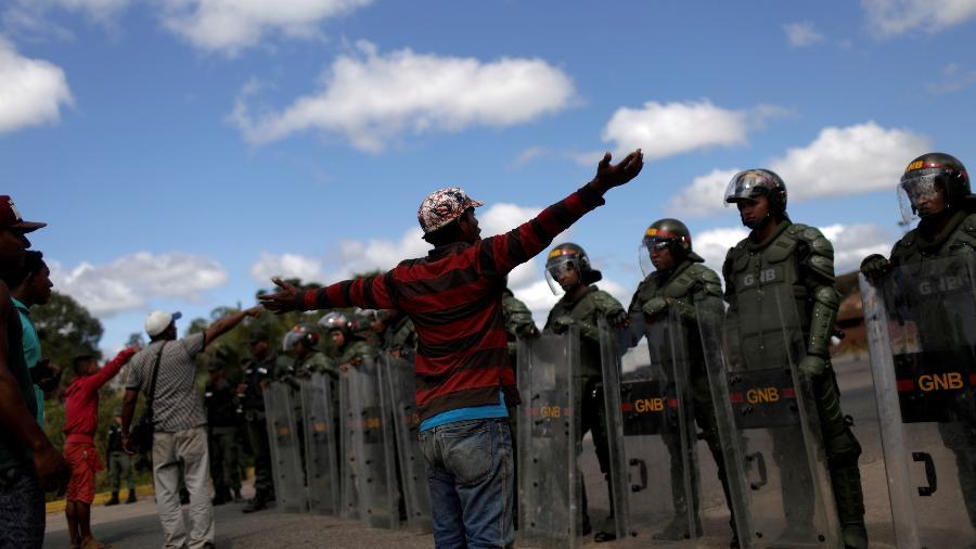22.fev.2019 - Militares venezuelanos impedem circulação de pessoas e veículos na fronteira com Pacaraima (RR) - Ricardo Moraes / Reuters