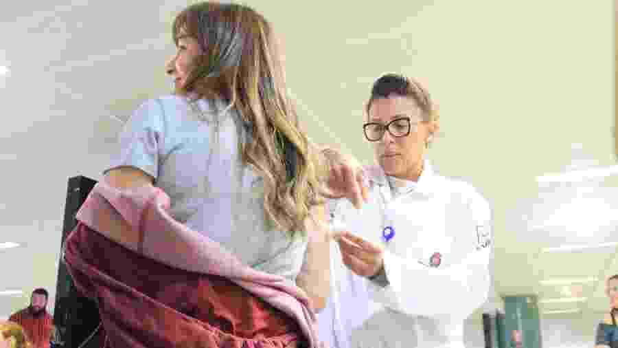 Paciente recebe vacina contra o sarampo em estação de metrô em São Paulo - WILLIAN MOREIRA/FUTURA PRESS