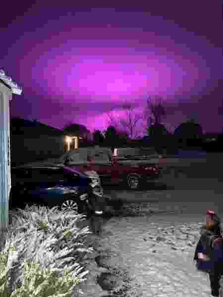 Luzes de LED usadas em uma fazenda de maconha medicinal deixaram o céu em tons de roxo e rosa no Arizona, nos Estados Unidos - Divulgação/Navajo County