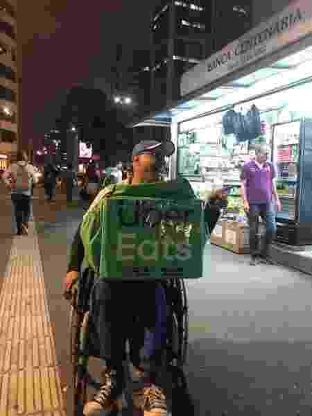 Nas ruas, Luciano costuma ser abordado por diversas pessoas que interagem com ele - Vinícius Lemos/BBC News Brasil - Vinícius Lemos/BBC News Brasil