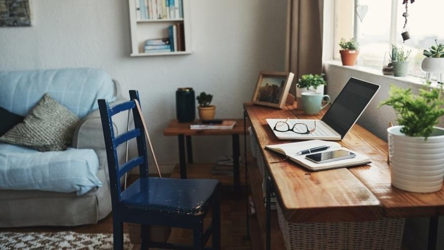Mova os móveis para testar o que funciona melhor no seu novo canto de trabalho, diz David Barke, da School of Life - Getty Images