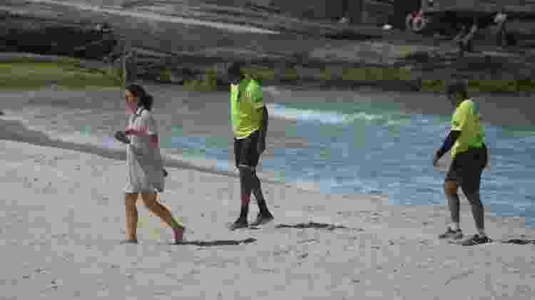 28.mar.2020 - PMs abordam mulher que desrespeitou isolamento em praia na zona sul do Rio - ERBS JR./FRAMEPHOTO/ ESTADÃO CONTEÚDO