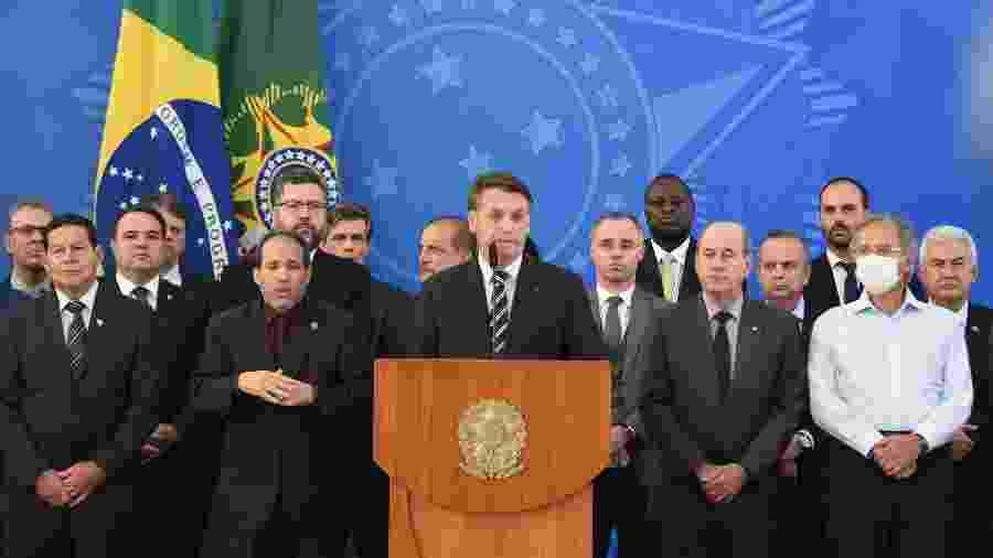 Jair Bolsonaro, ministros e apoiadores se aglomeram em pronunciamento do presidente - Cláudio Reis/Framephoto/Estadão Conteúdo