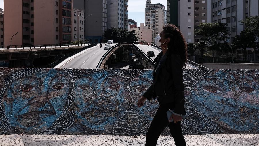 Mulher caminha pela Rua da Consolação, na região central de São Paulo, durante pandemia de coronavírus - Ettore Chiereguini/AGIF