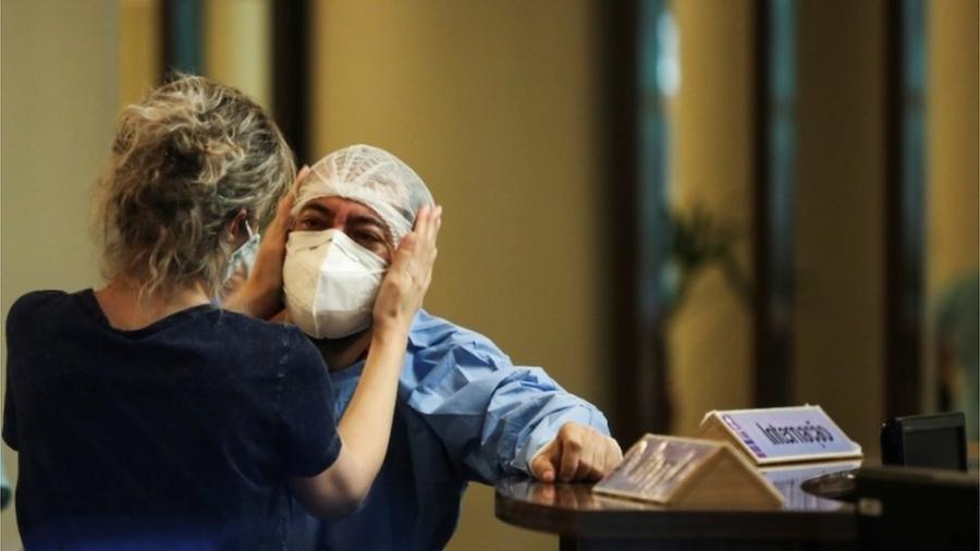 Funcionários de hospitais em Manaus estão trabalhando sem recursos para salvar vidas - Reuters