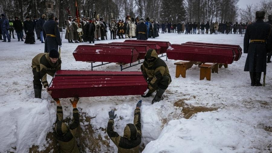 13.fev.2021 - Caixões com restos mortais de soldados são enterrados perto do campo de batalha de Viazma - Dimitar Dilkoff/AFP