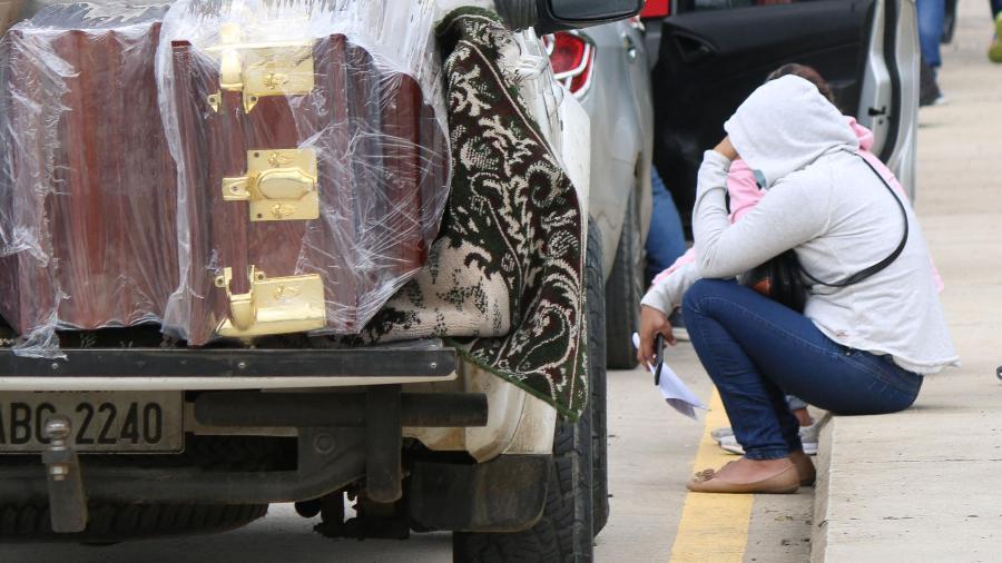 Familiares lamentam morte de presos após conflito violento em presídio na cidade de Guayaquil, no Equador - FERNANDO MACHADO/AFP