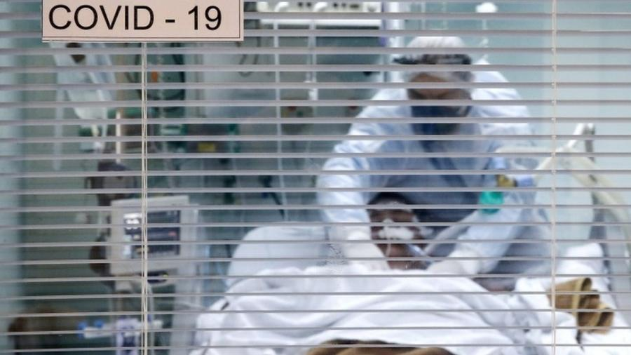 Decisão sobre o momento de intubar é crucial. Se uso da ventilação mecânica for retardada demais, paciente pode lesionar o pulmão só pelo esforço para respirar, dizem médicos ouvidos pela BBC News Brasil - Reuters/Diego Vara