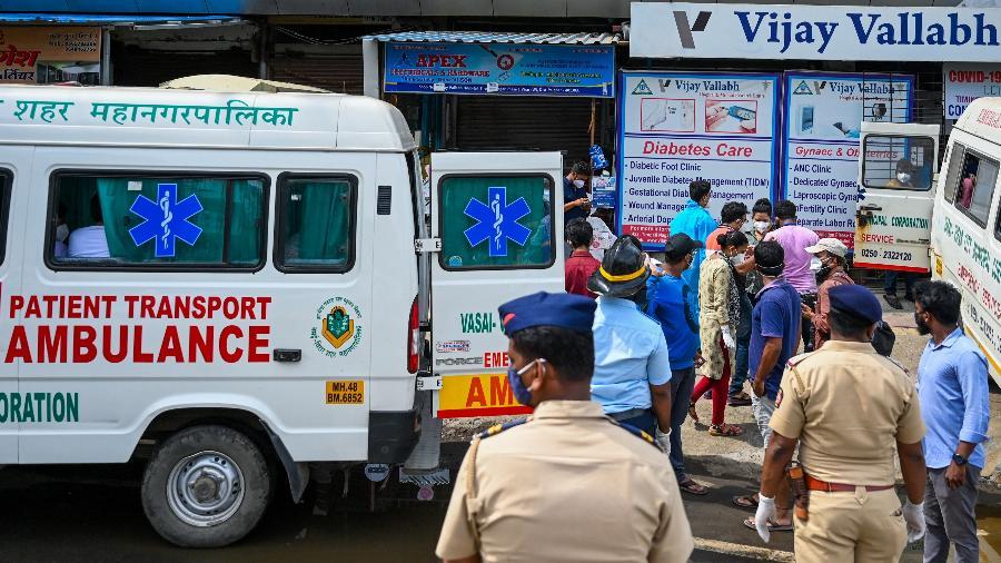 Pacientes são retirados do hospital Vijay Vallabh, nos arredores de Mumbai (Índia), após um incêndio que matou ao menos 13 pessoas infectadas com o coronavírus - Punit Paranjpe/AFP